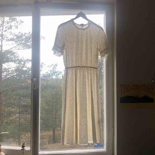 Jättegullig klänning från & other stories! Bra skick har ba använt en gång. Mönster syns bäst på sista bilden! 💗