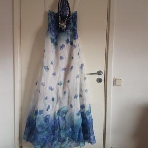 Blå och vit blommig klänning, ombre färgad med blått och turkost längst ner, fint skick