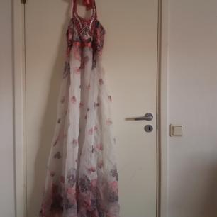 Klänning med färgerna rosa,vit,grå den är fin men lite trasig som ni ser på tredje bilden därför är den så billig☺