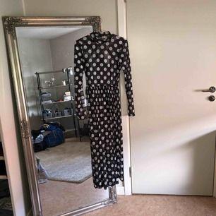 Supersnygg prickig klänning från NLY. Säljer pga har en likadan fast i leopard och använder den mer 🥰 Storlek S och stretchig