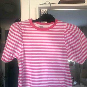 Knappt använd kort asos t-shirt med lite puffärm. Jättesöt, fin till sommaren