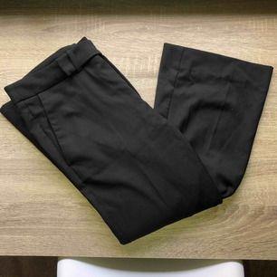Svarta kostymbyxor med bootcut. Passar mig som är 36 men sitter tightare då kring låren :)