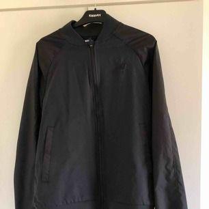 En svart Nike jacka