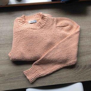 """Cool persikofärgad knit. Lite """"axelvaddar""""."""