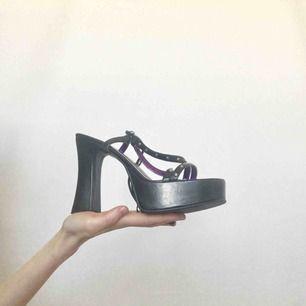 🍒BRatZ🍒 Drömmigaste begagnade bratz-liknande skorna med snörning. Feta att pimpa outfiten med i sommar. De är i begagnat skick. Bratz feelz only! Frakt tillkommer. Puss o K🍒