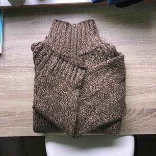 Superskön varm tröja med hög krage. Jag är en storlek S men har använt den som en oversized tröja 🥰