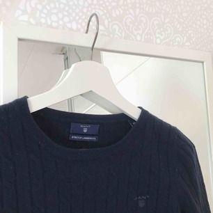 mörkblå, kabelstickad ulltröja från gant! finns inte att köpa längre! säljer pga använder inte. nypris 1500!😍
