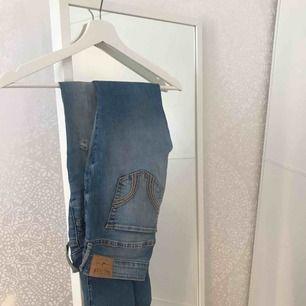 Jeans från Hollister! fåtal gånger använda. frakt ingår😍