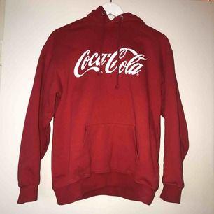 Röd Coca Cola hoodie, köpt på Carlings för 600 kr för cirka ett år sedan. Den är använd men i väldigt bra skick. Stor i storleken då jag som oftast använder M/L kan ha den. Säljs för 250 och i priset ingår frakt