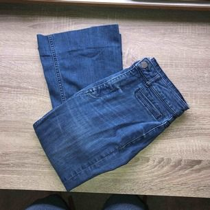 Bootcut jeans. Tighta i låren och vida nedtill. Sitter SMÄCK! Skickar gärna bilder på efterfrågan :) Är 164 och de är uppsydda så de ska sitta bra i längden