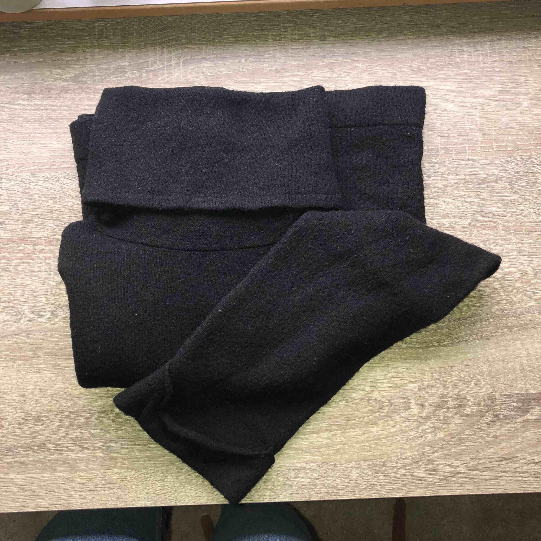 Långärmad svart mysig tröja med hög krage. Lite nopprig.. Tröjor & Koftor.