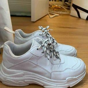 Vita skor från Nly trend. Använda några gånger så inte helt vita men fint skick. Tar emot bud. Köparen står för ev frakt.