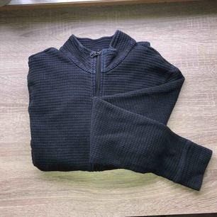 Marinblå tröja med zip hela vägen. Herrmodell men sitter bra på mig som är S. Lite oversized dvs.