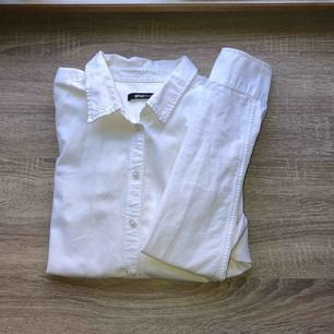 Vit skjorta storlek 42 men använt som oversized (är en 36a)
