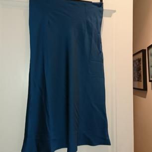 Grön/Blå satin kjol från nastygal i nytt skick (lappen kvar) 18kr frakt, betalning via swish