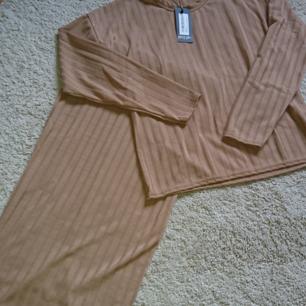 Beige set med kjol och tröja från nastygal i nytt skick (lappen kvar) Frakt 18kr betalning via swish