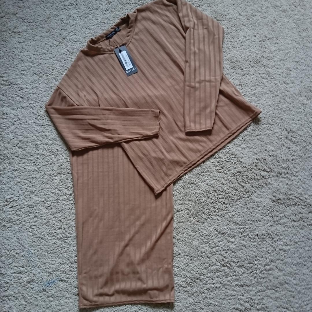 Beige set med kjol och tröja från nastygal i nytt skick (lappen kvar) Frakt 18kr betalning via swish . Övrigt.