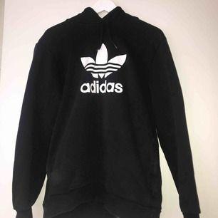 Svart Adidas hoodie med fickor. Köpt för ungefär ett år sedan för 500 kr, säljs för 300 kr och i priset ingår frakt. Den är knappt använd och är i väldigt bra skick.