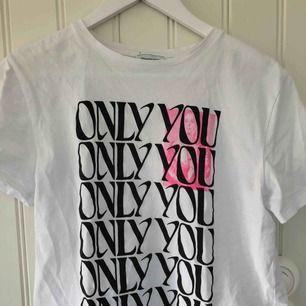 Superfin t-shirt från Zara Larssons kollektion med NA-KD i strlk XXS, den sitter dock som en XS då det är meningen att den ska vara oversized. Nästan aldrig använd så i bra skick. Frakten är gratis :)