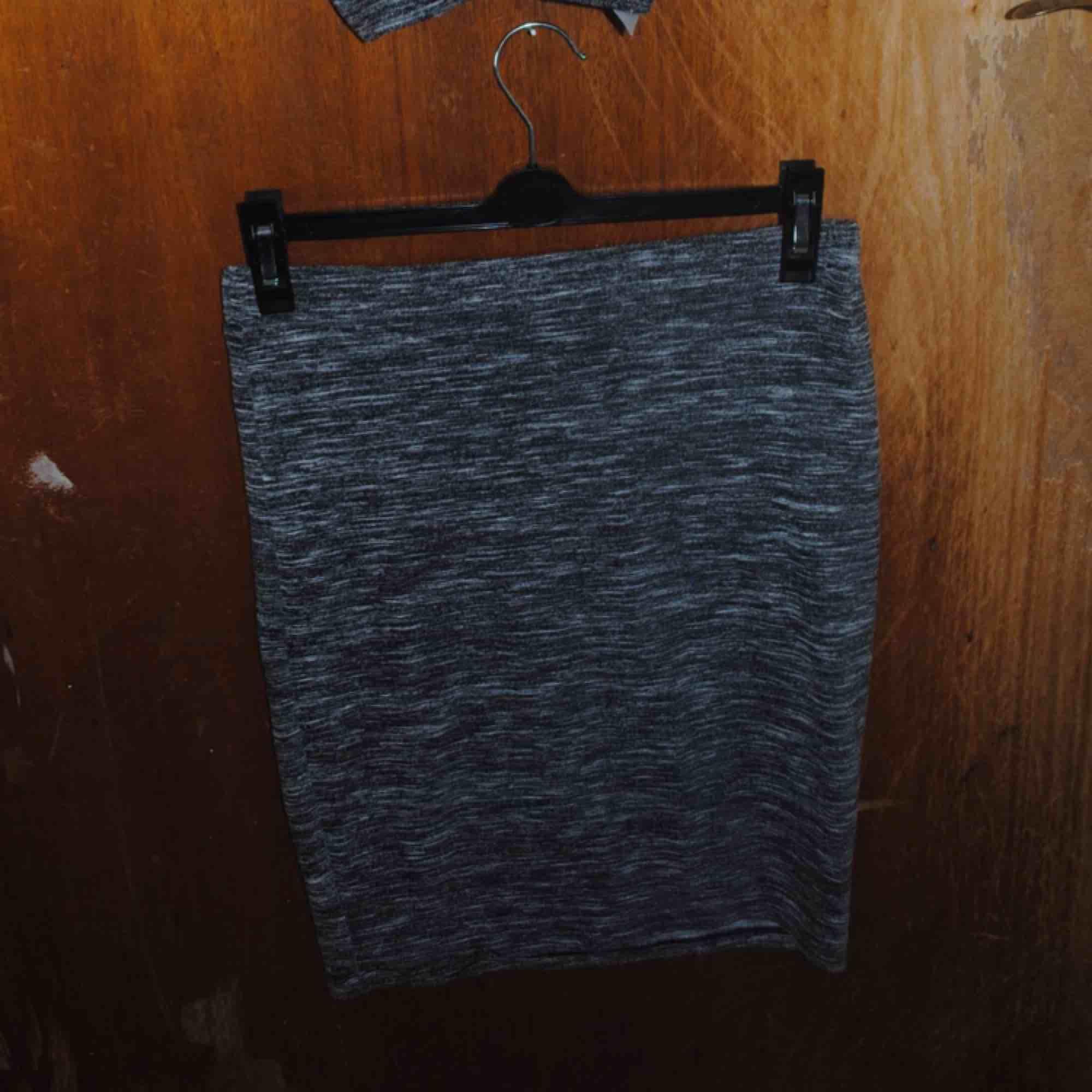 Fint grått set som är använt typ 3 gånger så mycket bra skick! . Klänningar.
