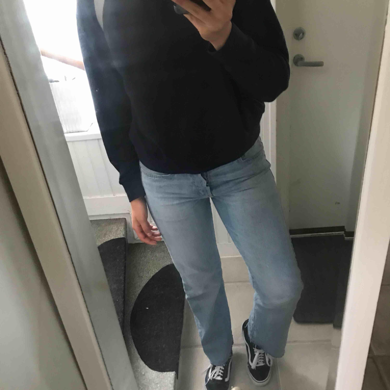 Ett par snygga blåa jeans med slitning längst ner på byxan, inte använda mycket så bra skick!. Jeans & Byxor.