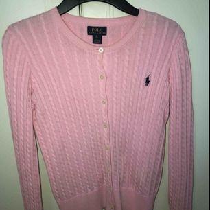 Ljusrosa kabelstickad ralphlauren tröja med knappar. Väldigt mjuk och skön
