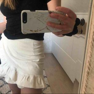 Oanvänd manchesterkjol ifrån Bik Bok. Säljer pga för liten på mig:(