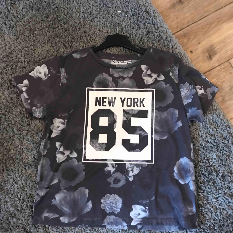 Grå T-shirt med blommor på +frakt är med i priset🌸. T-shirts.