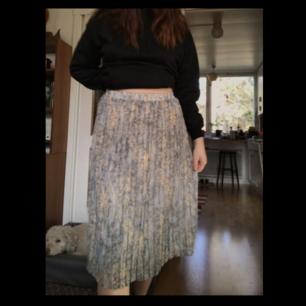 Säljer denna jättefina räfflade gråa/ljusblå kjol köpt här på plick med unikt mönster! ❤