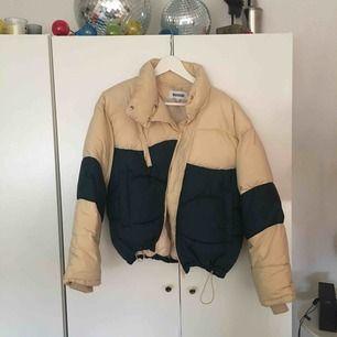 Säljer denna jackan från Weekday! Använd fåtal gånger, inte riktigt my style☹️ Nån annan kan säkert rocka den bättre😇