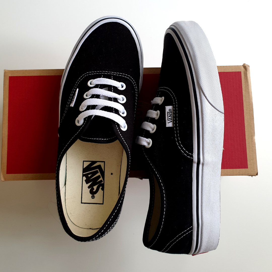 Brand new classic Vans! Have only tried them, so they can sell them. Size EU37, UK4.5, CM23.5.. Skor.