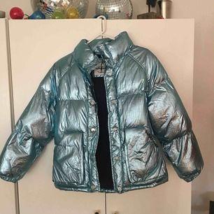 Säljer denna coola jackan från Zara (kids)! Väl använd!  Jag är 1.60 cm och jackan slutar precis där min rumpa börjar. Lite kort i armarna men inget jag stör mig på om man har hoodie under🙆🏼♀️