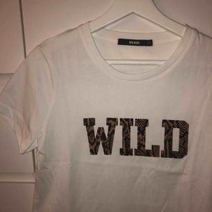 """Tshirt från bikbok med texten """"wild"""" i stl XS, oanvänd, frakt tillkommer"""