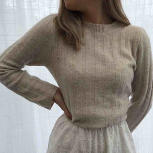 Beige ribbad stickad tröja från H&M med vidare armar. Köparen står för frakt.