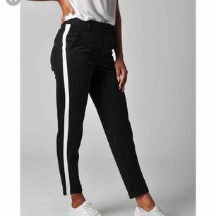 Svarta kostym byxor med vit rand på sidan från Vero Moda. Bra skick, använt ett fåtal gånger.  Köpare står för frakt om de behövs.