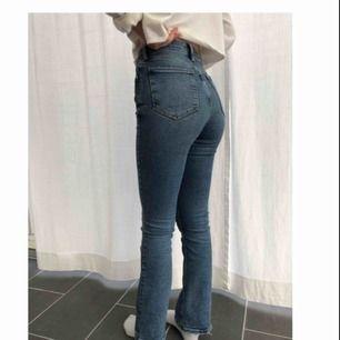 """Blåa bootcut byxor med mindre """"utsväng"""" från riverisland. Väldigt skön stretch och en skön hög midja. Nyligen köpta och använda bara några få ggr. köparen står för frakten. original pris 550 kr."""