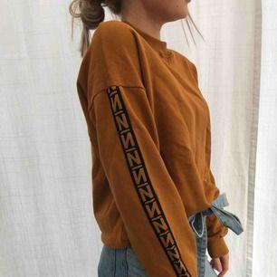 Rost färgad tröja från NA-KD med sidorevär på ärmarna. Köparen står för frakten. Original pris 399 kr