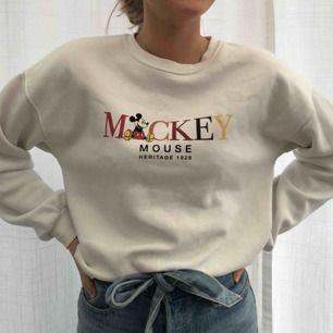 Super skön tröja med Mickey Mouse tryck från stradivarius. Köparen står för frakten.