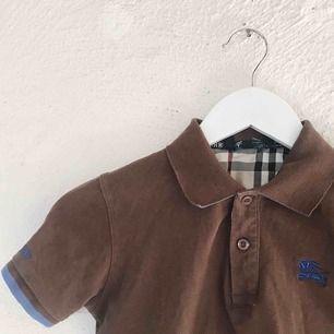 """Fin tröja från Burberry. Det står """"XXL"""" som storlek men är pga att den är i kids size, så den sitter som en XS på mig. Kan skicka bilder med den på. Frakt tillkommer 🌹"""