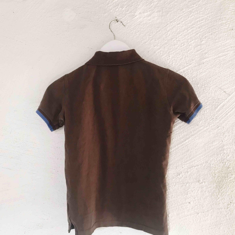 """Fin tröja från Burberry. Det står """"XXL"""" som storlek men är pga att den är i kids size, så den sitter som en XS på mig. Kan skicka bilder med den på. Frakt tillkommer 🌹. T-shirts."""