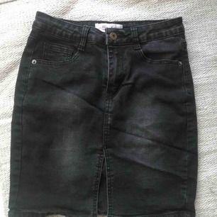 Svart stretchig jeanskjol med slits, använd 1 gång tvättad 1 gång