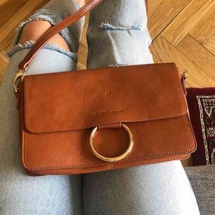 Väska från Lindex, endast använd ett fåtal ggr. Litet märke på framsidan, se bild.  Kan mötas upp i centrala Stockholm. Frakt står köparen för.