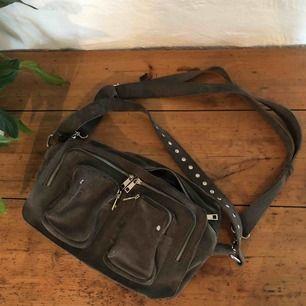 Efter många om och men har jag bestämt mig för att sälja min nunoo väska i storleken Alimakka och färgen grey suede. Tycker den är mer grå/grön än bara grå. Inga skador eller liknande, köptes på illum i Danmark för 1700kr, skriv för fler bilder!