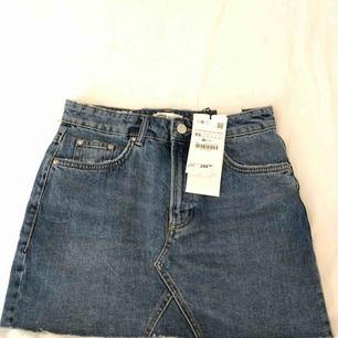 Skitsnygg jeanskjol från ZARA, aldrig använd eftersom att det var en present som var för liten.  Prislappen sitter även kvar. Priset kan diskuteras 🌹