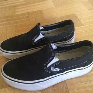 VANS: Nästan helt oanvända, endast använda ett fåtal gånger. Skorna ser lite smutsiga ut på bilden men kommer självklart tvätta av dom :)