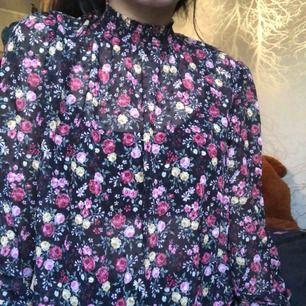 Vacker och tunn blus från H&M som aldrig har använts! Den sitter bra som 38 men jag är säker på att det funkar lika bra som 36!  Blommorna är jättefina och passar bra nu till både våren och sommaren!