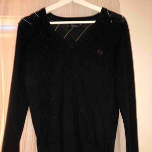 En svart långärmad tröja från Fred Perry. Storlek 40 men jag som är en XS har haft den som en oversized tröja, skitsnyggt!