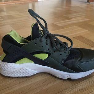 Nike air huarache. Lite använda men mycket fint skick. Nypris ca 1100kr storleken är 36 men känns mer som 35/36