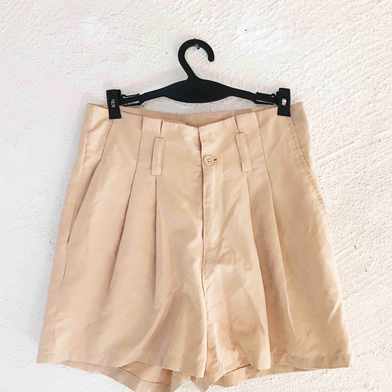 Fina beige shorts från H&M. Använda ett fåtal gånger för längesen, men är tyvärr för små för mig nu. En knapp saknas på insidan (se bild). Frakt tillkommer 🌹. Shorts.