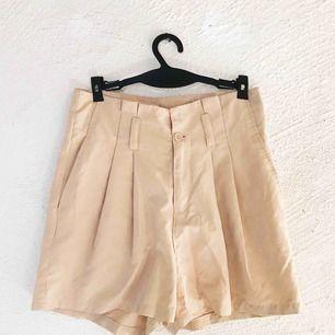 Fina beige shorts från H&M. Använda ett fåtal gånger för längesen, men är tyvärr för små för mig nu. En knapp saknas på insidan (se bild). Frakt tillkommer 🌹